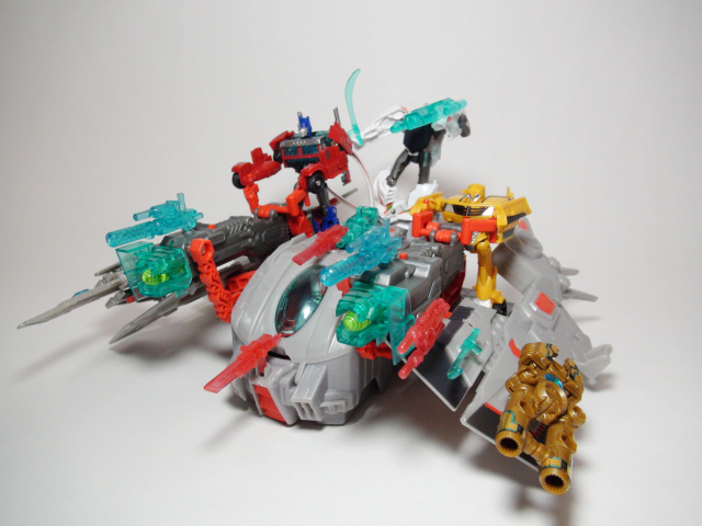 スペースシップスターハンマー、オプティマス、バンブルビーを乗せて、武器展開