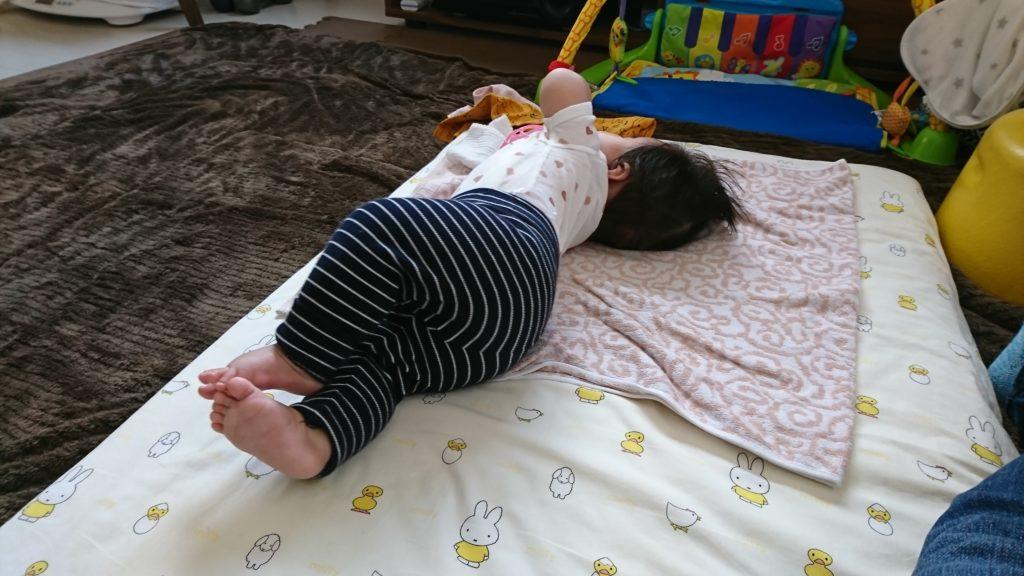 寝返りできる前の、途中で横を向いてる赤ちゃん
