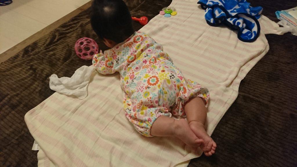 寝返りができ、うつ伏せの赤ちゃん
