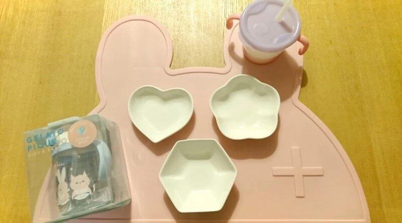 離乳食に使うマットと小皿とストローマグ
