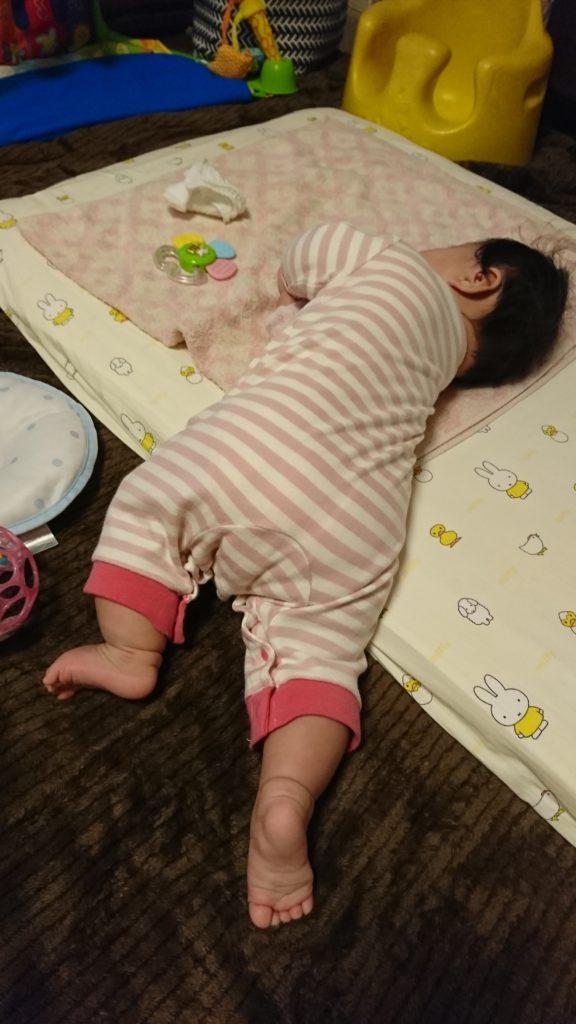布団の段差を使って途中まで寝返りしている赤ちゃん
