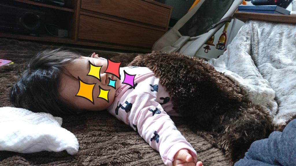 コタツで寝てる生後半年の娘