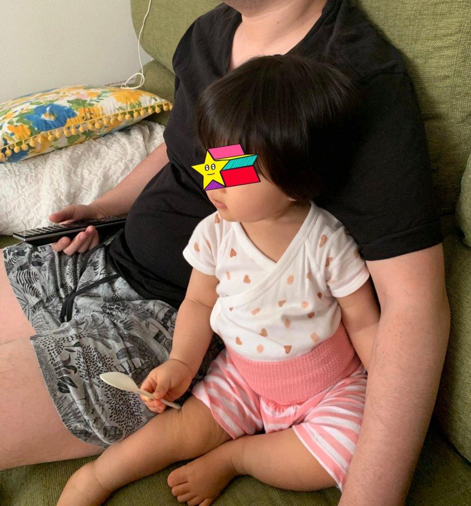 横に寄り添ってくる1歳の娘