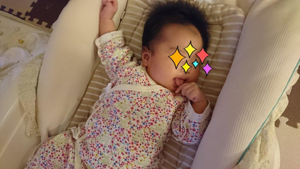 舌を出してる生後1~2か月の娘