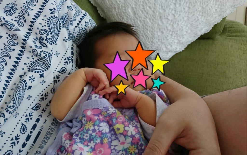 生後1カ月、手でハートをかたどる赤ちゃん