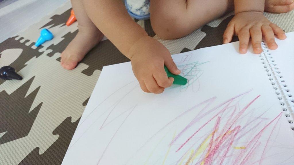 お絵描きえをする娘