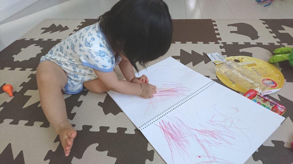 クレヨンで絵を描く娘